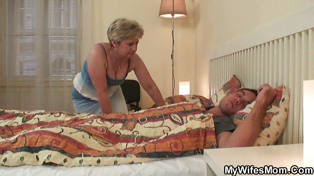 Rubia culona xxx lesbianas trio caliente recibe entrenamiento anal duro